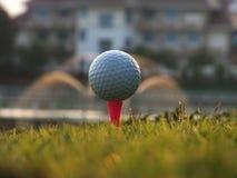 在红色发球区域的高尔夫球在绿色草坪 免版税库存图片