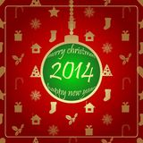 在红色后面地面的绿色圣诞节球。 免版税图库摄影