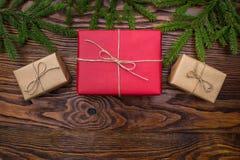 在红色和工艺纸的礼物盒在老木背景 免版税库存图片