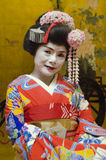 在红色和服的Maiko有金背景 库存图片