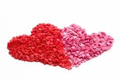 在红色和玫瑰旁边的两心脏由许多一点心脏做成在白色背景 免版税库存照片