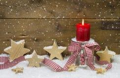 在红色和白色的圣诞节装饰与一个蜡烛 库存照片