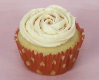 在红色和白色的杯形蛋糕 图库摄影
