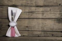 在红色和白色的银色利器检查了与在老wo的餐巾 免版税库存照片