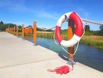 在红色和白色的Lifebuoy在木安装托梁 免版税图库摄影