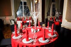在红色和白色颜色的服务的桌在哥特式样式 库存图片