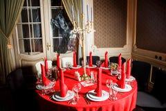 在红色和白色颜色的服务的桌在哥特式样式 库存照片