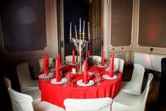 在红色和白色颜色的服务的桌在哥特式样式 免版税库存照片