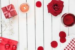 在红色和白色颜色的欢乐桌 图库摄影