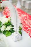 在红色和白色颜色,花,羽毛笔的美丽,华美的婚礼装饰 库存图片