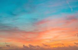 在红色和蓝色颜色的日落天空与微妙的云彩 库存照片