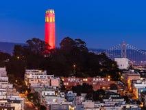 在红色和金子的Coit塔 免版税库存照片