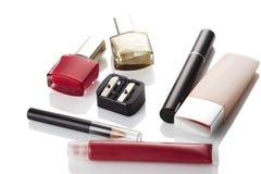 在红色和金子颜色的不同的化妆用品 免版税库存照片