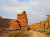 在红色和黄色不用灰泥只用石块构造的峡谷的路 免版税库存图片