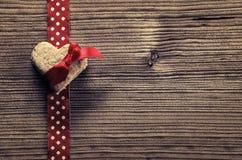 在红色圆点丝带,心形的饼干-木背景 免版税库存照片