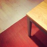 在红色地毯的餐桌 免版税库存照片