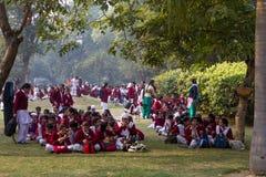 在红色堡垒之外的小学生在德里印度 库存照片