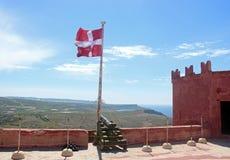在红色塔,马耳他,有教规和马尔他旗子的 免版税库存图片