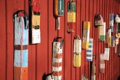 在红色墙壁上的木浮游物 免版税库存照片