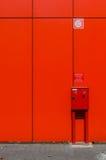 在红色墙壁上的灭火水龙带内阁 免版税库存照片