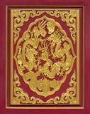 在红色墙壁中国式雕刻的木头 免版税库存图片