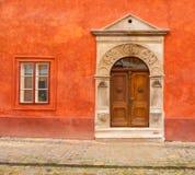 在红色墙壁的古色古香的入口 免版税库存照片