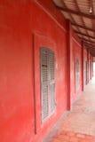 在红色墙壁的大木窗口 图库摄影