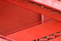 在红色墙壁附近的红色楼梯 库存图片