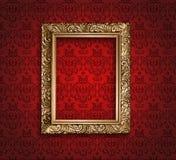 在红色墙纸的古色古香的金黄框架。 免版税库存图片