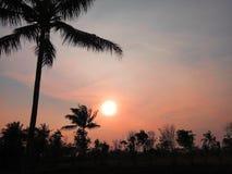 在红色天空的日落 免版税库存照片