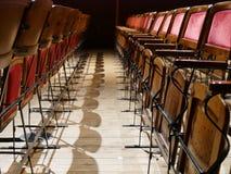 在红色天鹅绒剧院椅子的图表照片 库存图片