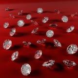 在红色天鹅绒布料的金刚石 库存图片