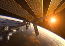 在红色太阳光芒的国际空间站  库存图片