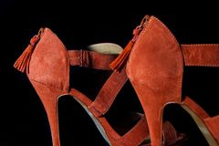 在红色女性高跟鞋鞋子的细节在黑背景 免版税库存图片