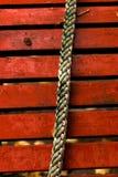 在红色委员会背景的绳索  库存图片