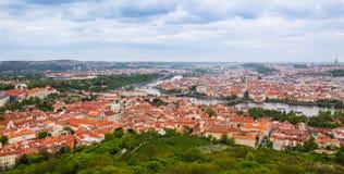 在红色屋顶和河的看法在布拉格 库存图片