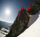 在红色岩石下的帐篷 免版税图库摄影