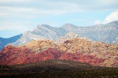 在红色岩石峡谷的多彩多姿的山 免版税库存图片