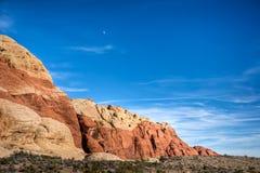 在红色岩石峡谷的月亮 免版税库存照片