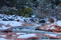 在红色岩石峡谷, Sedona,亚利桑那的风暴圆鼓的小河 免版税库存照片