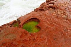 在红色岩石的心脏形状 免版税图库摄影