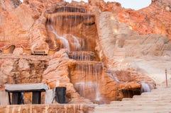在红色岩石的瀑布在埃及在夏天 免版税库存图片