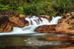 在红色岩石的瀑布 免版税库存照片