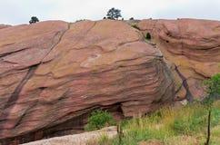 在红色岩石的红砂岩巨型独石 库存图片