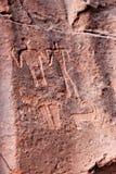 在红色岩石的绘画在瓦地伦沙漠 库存照片