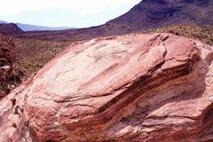 在红色岩石,内华达的接合,崎岖的岩石 棕色和红色分层了堆积岩石平板在前景的,与详尽的山脉我 免版税库存照片