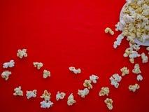 在红色布料的白色玉米花 库存图片