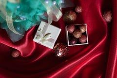 在红色帏帐的手工制造圣诞树 免版税库存图片