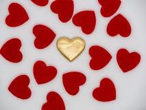 在红色心脏中间的金黄心脏 免版税库存图片