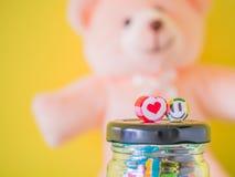 在红色心脏和绿色兴高采烈的面孔棒棒糖的特写镜头 免版税图库摄影